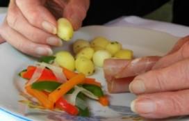 Cliënten in Brabants zorgcentrum eten met hun vingers