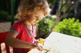 Kinderen vinden ouderen door ze te schilderen