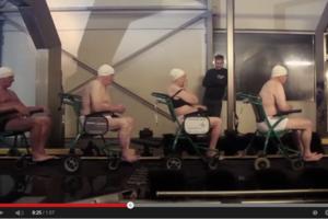 Ouderen met rolstoelen door de wasstraat