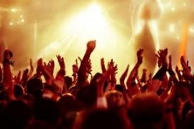 Nepouderen lopen rond op muziekfestival