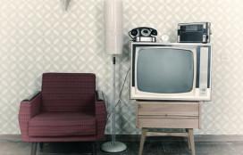 Ouderen met tijdmachine back to the sixties