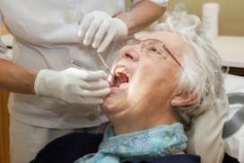Hoelang is moeder al niet bij de tandarts geweest?