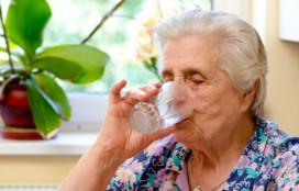 Hoe voorkom je dehydratie bij ouderen? 10 tips