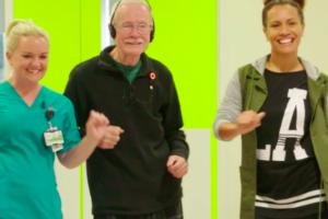 VIDEO: Man met dementie fleurt op van muziek Elvis