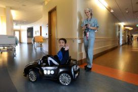 Patiëntjes kinderziekenhuis rijden zelf naar operatiekamer
